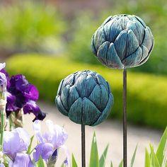 """Der Gartenstab """"Artischocke"""" macht im Blumen sowie im Gemüsebeet eine phantastische Figur. Maße: 9 cm Durchmesser auf 110 cm Gartenstab."""