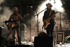 NO MONEY KIDS A FOURAS LE 25/07/2015 Le groupe No Money Kids concluait la soirée de façon festive. Ils jouent une sorte de blues-rock mâtiné d'électro. Ils ne sont pas de grands musiciens mais jouent avec détermination leur musique qui plait aux plus...