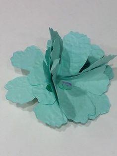 Broches o prendidos de flores confeccionadas con papel troquelado. Se realizan por encargo en todos los colores. Plant Leaves, Plants, Die Cutting, Card Stock, Fascinators, Paper Envelopes, Events, Flowers, Plant