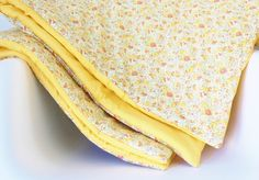 Cette très jolie couverture est réalisée à la main en tissu Liberty Claire Aude Pastel et popeline jaune unie. Photo non contractuelle. Couverture...