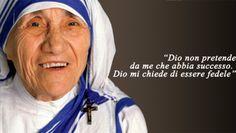 Madre Teresa di Calcutta: gli aforismi Mother Teresa Quotes, Italian Quotes, Pope John Paul Ii, Santa Teresa, Calcutta, Chris Young, Faith In Love, Women In History, Famous Women