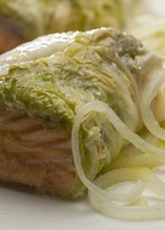 Trouxas de salmão em couve chinesa