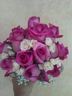 Bonito ramo de novia de rosas fucsias y pitiminin xampany