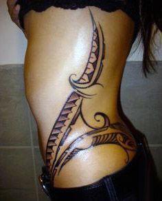 tatuaże damskie na biodrze i boku