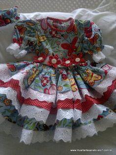 Vestido confeccionado em tricoline 100% algodão, com 3 babados. Acompanha cinto com flores de fuxico aplicadas e tiara ou faixa de cabelo com flor aplicada. Valores somente por email. Informe o tamanho.