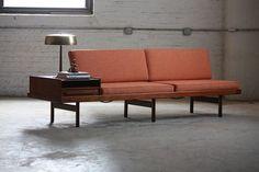 En esta tendencia en donde menos es más y a la cual me uno he identifico, nos topamos con esta galería de 20 opciones de sofás minimalistas para tu sala de