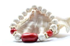 Women's Bracelet with Red Coral and White Howlite beads. Bracelets For Men, Beaded Bracelets, Coral Bracelet, Red Coral, Gemstone Beads, Women Jewelry, Gemstones, Gifts, Accessories