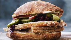 meyers flæskestegssandwich (Recipe in Danish) Sandwiches, Pork Sandwich, Pork Recipes, Healthy Recipes, Recipies, Food Lab, Danish Food, Food Crush, Food Concept