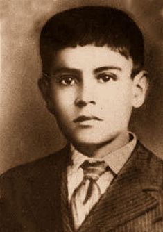 José Sánchez del Río 1913- 28 de Sahuayo, escribió al jefe de los Cristeros de Michoacán pidiéndole que lo admitiera como asistente. El 5 de febrero de 1928, en combate, cerca de Cotija el caballo del general cayó, José bajó de su montura y le entregó su caballo. Fue hecho prisionero y el 10 de febrero de 1928 para obligarlo a renegar de su convicción de lucha por Cristo Rey le desollaron los pies y lo hicieron caminar hasta el cementerio. Preguntó por su sepultura y se situó a su borde.