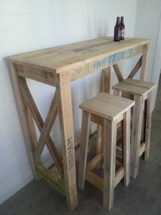 Wood Pallet Bar And Stools ; palette en bois et tabourets ; ahşap palet bar ve tabureleri ; pallet bar in legno e sgabelli ; paletas y taburetes de madera Wood Pallet Bar, Pallet Dining Table, Diy Outdoor Table, Diy Pallet Sofa, Wooden Pallet Furniture, Diy Pallet Projects, Wooden Pallets, Wooden Diy, Wood Projects