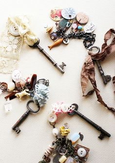 Love old keys!old keys, rags and charms. Key Jewelry, Jewelry Crafts, Jewelry Making, Jewellery, Do It Yourself Jewelry, Old Keys, Keys Art, Vintage Keys, Key To My Heart