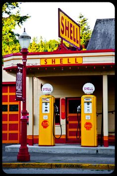 Old Gas Pumps, Vintage Gas Pumps, Royal Dutch Shell, Pompe A Essence, Arcade, Old Gas Stations, Old Country Stores, Filling Station, Oil And Gas