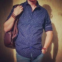 Camisa com micro estampa e pulseira de couro!