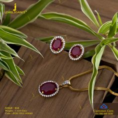 Pendant sets suitable to pair with your indo western look. Gold Ring Designs, Gold Bangles Design, Gold Jewellery Design, Vintage Jewellery, Antique Jewelry, Jewelry Design Earrings, Gold Earrings Designs, Necklace Designs, Geek Jewelry