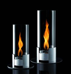 Efektowny, elegancki i nowoczesny kominek dekoracyjny z serii Twistfire niemieckiej marki Auerhahn. Produkt został wykonany z wysokiej jakości stali nierdzewnej i szkła. Długa szklana tuba powoduje, że języki ognia sprawiają wrażenie wirujących. Twistfire doskonale prezentuje się zarówno w salonie, jak i na tarasie czy w ogrodzie, gdzie przyniesie Ci relaks i odprężenie.