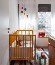 Quarto infantil iluminado e colorido. Mais em www.historiasdecasa.com.br #todacasatemumahistoria #nursery #quartoinfantil