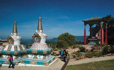 O Templo Chagdud Gonpa Khadro Ling fica no topo de uma colina, com bela vista panorâmica
