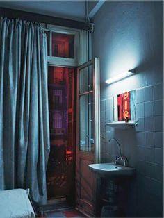 Интересное сочетание внутреннего и внешнего освещения Холодные тона Умывальник Синий