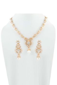 Règle d'or de cristal Collier clouté. Prix:-19,80 € Collier clouté cristal avec boucles d'oreilles Jhumja.  http://www.andaazfashion.fr/jewellery/necklace-sets/crystal-studded-necklace-sets-80515.html