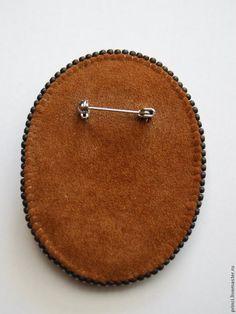 Хочу показать принцип расчета и выполнения крупного зубчатого края при оплетении больших кабошонов бисером на примере кулона 'Березка'. Зубчик формируется из количества бисерин, кратного шести. Вы сможете пользоваться этим мастер-классом для создания не только брошей, но и колье, кулонов, браслетов. Такое оформление края подходит: - если камень невыразителен сам по себе, - если рисунок камня…