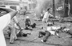 """Heridos en un atentado a las puertas de la embajada de EE UU en Saigón, el 30 de marzo de 1965. """"Generalmente teníamos que ir algo lejos sobre el terreno, pero había situaciones en el que la guerra venía a nosotros, justo en la puerta de al lado"""", solía contar el que fuera responsable de la agencia AP en Vietnam."""