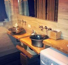 Ristrutturando la casa, i Clienti desideravano un bagno personalizzato. Il progetto si è sviluppato con l'installazione di due tavole di castagno sulle quali si sono posizionati i lavandini costituiti da una bacinella di rame stagnato e un'altra di bronzo stagnato. Per completare l'insieme si sono posizionate altre due tavole come mensole sopra la lavatrice e sotto i lavandini. La finitura con vetrificante ad acqua ad alta protezione ne consente facilmente la pulizia. #bagno #handmade…