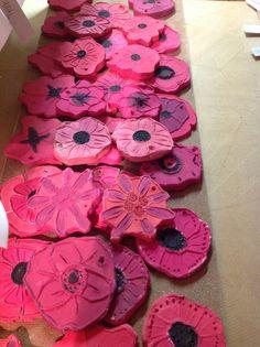 Poppies boetseren met leerlingen van de eerste graad , als eerbetoon aan de herdenking van de Eerste Wereldoorlog.