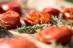 Nakladané pečené paradajky stymianom acesnakom Pickles, Feta, Cantaloupe, Sushi, Ale, Herbalism, Canning, Fruit, Vegetables