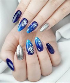 Christmas Nail Art Designs To Look Trendy This Season - Idei unghii Manicure Nail Designs, Almond Nails Designs, Christmas Nail Art Designs, Nail Manicure, Christmas Nails 2019, Xmas Nails, Holiday Nails, Christmas Manicure, Simple Nail Art Designs