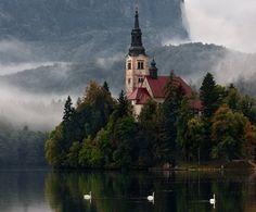 Iglesia en lago.