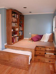 Искусственная возвышенность со встроенным шкафчиками и выдвижной кроватью.