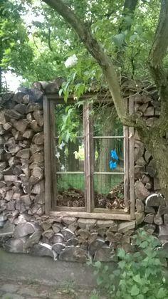 Okno ,pohlefd ze zahrady, mění se dle ročních období.