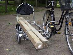 un lado de la bicicleta cargada con largas piezas de madera