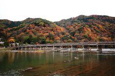 京都の紅葉の名所の嵐山と渡月橋