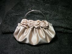 DIY COMO HACER UN BOLSO DE ROSAS EN  RASO BEIGE - HOW TO MAKE A ROSE SAT...