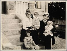 "Family portrait on the stairs of ""Villa Havgløtt"". (l.t.r. Tore Hamsun, Marie Hamsun, Arild Hamsun, Knut Hamsun and Ellinor Hamsun)"