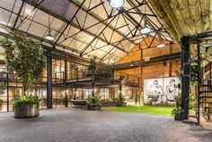The Compound is a vast loft of 1100 m² located in Birmingham& historic Jewelery Quarter. Discover a unique loft! Warehouse Living, Warehouse Home, Warehouse Design, Vintage Industrial Decor, Industrial House, Industrial Chic Style, Conception D'entrepôts, Loft D'entrepôt, Architecture Design
