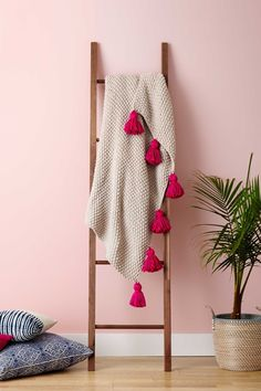 DIY Throw Blankets - DIY Tassel Throw Blanket - How to Make Easy Throws and Blanket - Fleece Fabrics No Sew Tutorial Crochet Boho Fur Cotton Flannel Ideas Diy Throw Blankets, Diy Throws, Winter Blankets, Boho Throw Blanket, Flannel Blanket, Diy Ladder, Diy Blanket Ladder, Wooden Ladder, Diy Home Decor Rustic