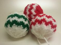 Love these knitted baubles!! Love Christmas decorations which are a bit different.