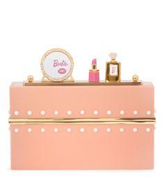 Charlotte Olympia - Boxclutch Barbie® World - Erschaffen Sie sich Ihre eigene Barbie World – mit der gleichnamigen Tasche aus der Capsule Collection Charlotte Olympia x Barbie®. Die Boxclutch wurde in Italien aus Plexiglas® in zartem Rosé gefertigt und mit einem abnehmbaren magnetischen Messingbügel versehen. Der kristallverzierte Spiegel, ein emaillierter Lippenstift und der kleine Parfumflakon erinnern an den Schminktisch der ikonischen Puppe, während Ihre Beauty-Utensilien in dem gold…