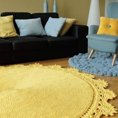 DIY knitted round rugs: gorgeous models for your home - Rugs Magazine Feminine Bedroom, Knit Rug, Crochet Rug Patterns, Diy Carpet, Round Rugs, Home Rugs, Crochet Home, Modern Rugs, Rug Making