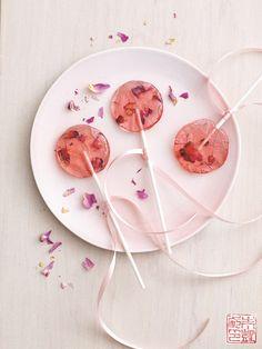 Rose Saffron Lollipops Recipe Desserts with sugar, corn syrup, r syrup, saffron Homemade Lollipops, Gourmet Lollipops, Homemade Candies, Candy Recipes, Sweet Recipes, Dessert Recipes, Baking Desserts, Picnic Recipes, Health Desserts
