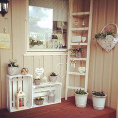 #Hauseingang #Obstkiste #Leiter #Shabby #Landhausstil #Shabby #Rustic #White #Love #Flowers Copyright by @andreakolsen // Instagram