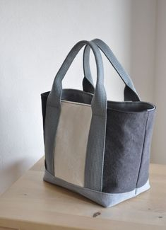 Fabric Tote Bags, Denim Tote Bags, Fabric Purses, Canvas Tote Bags, Denim Bag Patterns, Purse Patterns, Crochet Boots, How To Make Handbags, Leather Bags Handmade