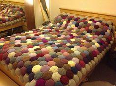 Renkli iplerden işlenilmiş örgü yatak battaniye modeli
