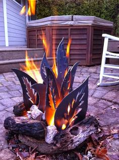 DIY backyard fire pit with metal Cool Fire Pits, Diy Fire Pit, Fire Pit Backyard, Stone Fire Pits, Metal Fire Pit Ring, Backyard Camping, Custom Fire Pit, Modern Fire Pit, Fire Pit Designs