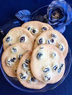 Makalösa småkakor !Varning ! Lätt beroende framkallande cookies ! Dem här småkakorna är super goda. ! Så lätta att göra och klara på noll tid. Russinen tillför segheten i den annars så spröda…