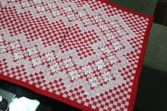 Jogo+bordado+a+mao,+no+tecido+xadrez.++01+pano+de+mesa++01+pano+de+fogão++01+pano+de+copa R$ 90,00