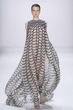 Dawid Tomaszewski - Spring Summer 2011 Ready-To-Wear - Shows - Vogue.it --- Stunning bc she resembles an octopus! Couture Fashion, Fashion Art, Runway Fashion, High Fashion, Fashion Show, Womens Fashion, Fashion Design, Emo Fashion, Gothic Fashion