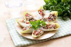 Découvrez cette délicieuse entrée facile et rapide à réaliser ! Pour faire la recette aux endives, il vous faudra : des endives, des boîtes de sardines à l'huile, un poivron rouge, une botte de persil plat, des échalotes, du jus de citron et de la crème liquide.